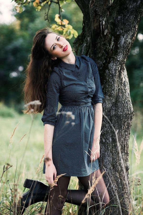 Retrato de uma menina feliz e sorrindo do brunnete imagens de stock royalty free