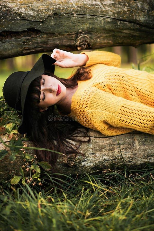 Retrato de uma menina feliz e sorrindo do brunnete imagem de stock