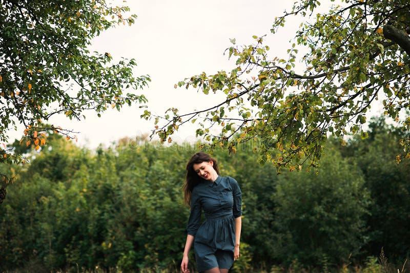 Retrato de uma menina feliz e sorrindo do brunnete fotos de stock
