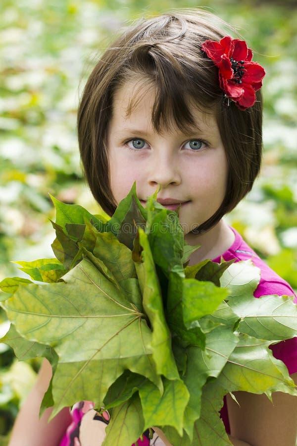 Retrato de uma menina feliz pequena fotografia de stock royalty free