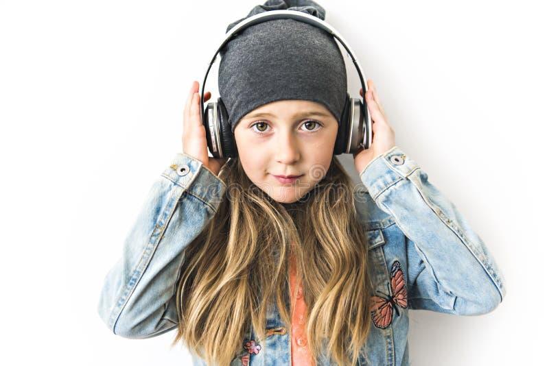 Retrato de uma menina A fotografia do estúdio da menina tem o toque na cabeça imagem de stock