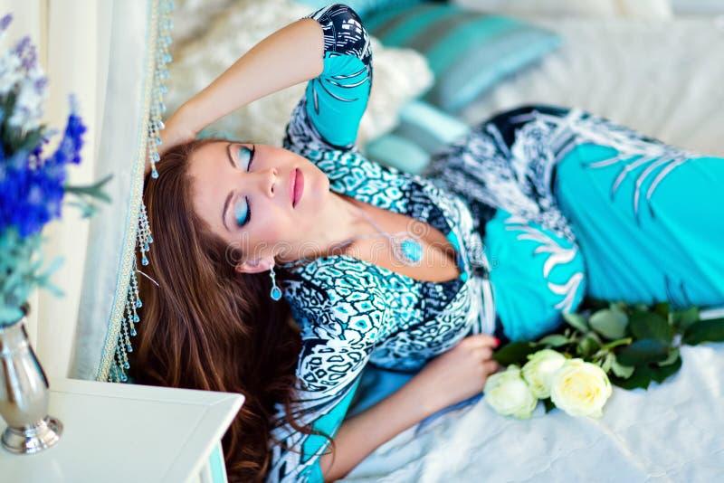 Retrato de uma menina grávida muito bonita com o cabelo lindo imagem de stock royalty free
