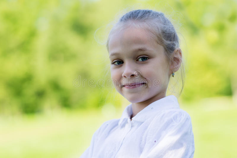 Retrato de uma menina loura foto de stock royalty free