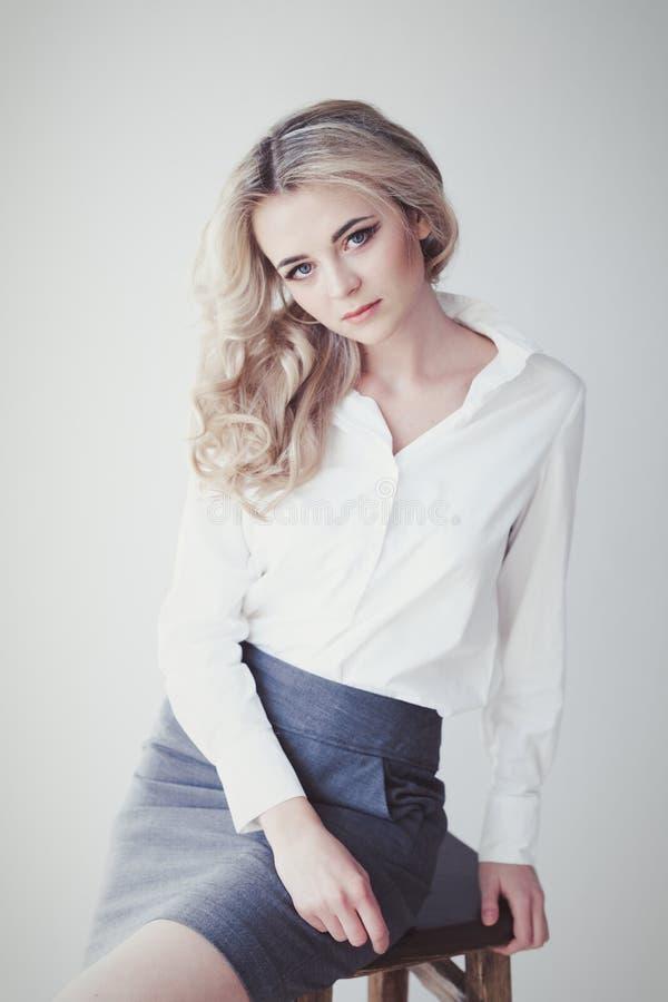 Retrato de uma menina loura bonita imagem de stock royalty free