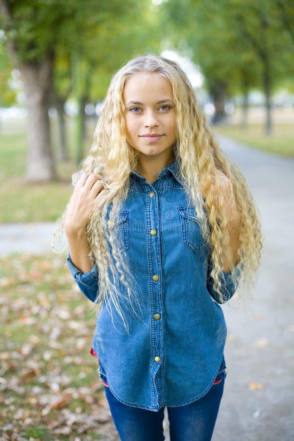 Retrato de uma menina loura bonita fora imagem de stock royalty free