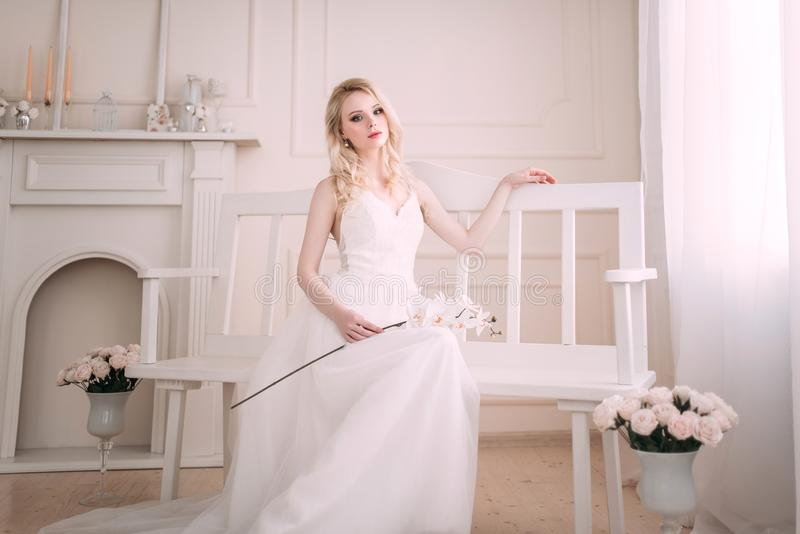Retrato de uma menina loura bonita na imagem da noiva Face da beleza A foto disparou no estúdio em um fundo claro fotografia de stock royalty free