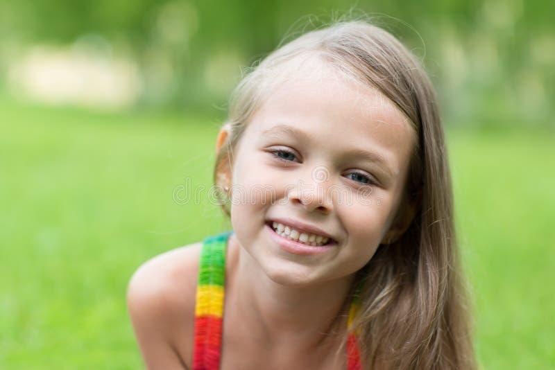 Retrato de uma menina loura de sorriso fotos de stock