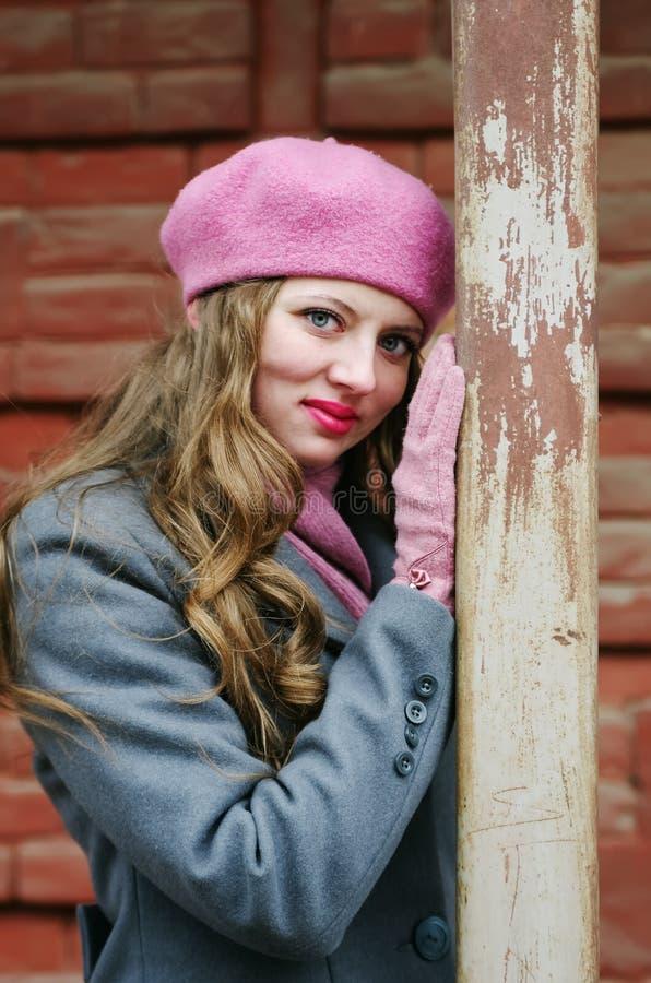 Retrato de uma menina loura em uma boina cor-de-rosa fotografia de stock royalty free