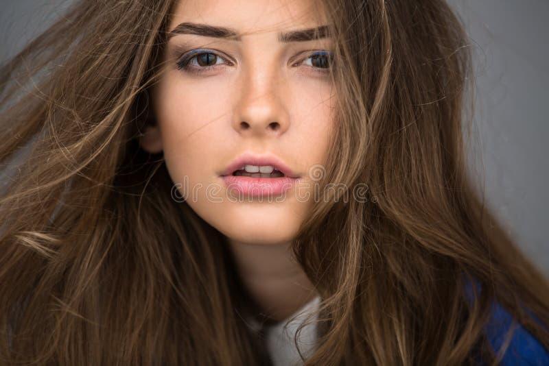 Retrato de uma menina moreno bonita fotografia de stock royalty free