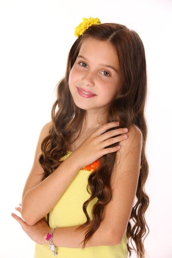 Retrato de uma menina moreno bonita feliz da criança com cabelo longo chique imagens de stock