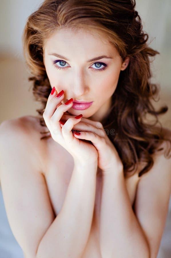 Retrato de uma menina moreno bonita sensual, guardando as mãos imagem de stock royalty free