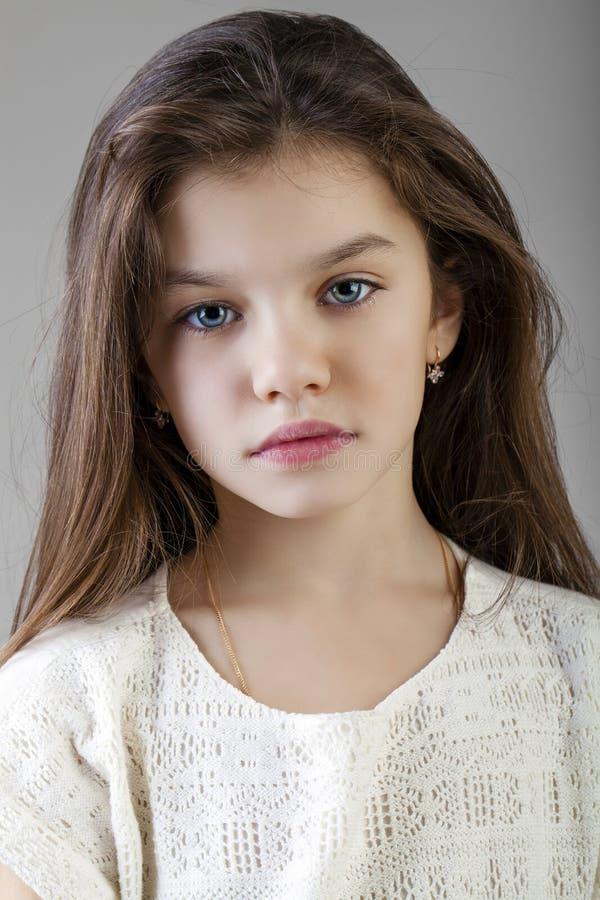 Retrato de uma menina moreno encantador fotografia de stock