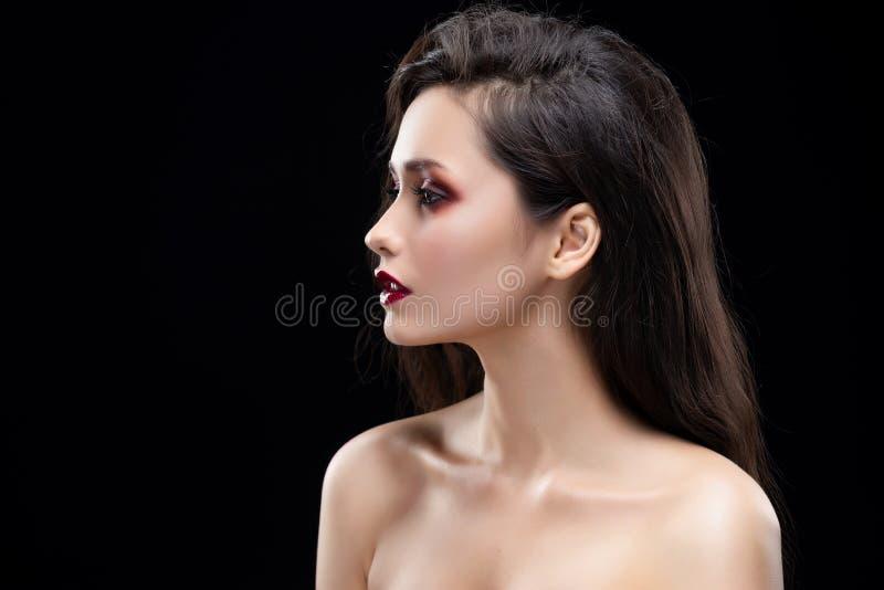 Retrato de uma menina moreno glamoroso bonita lateralmente Shimme fotografia de stock royalty free
