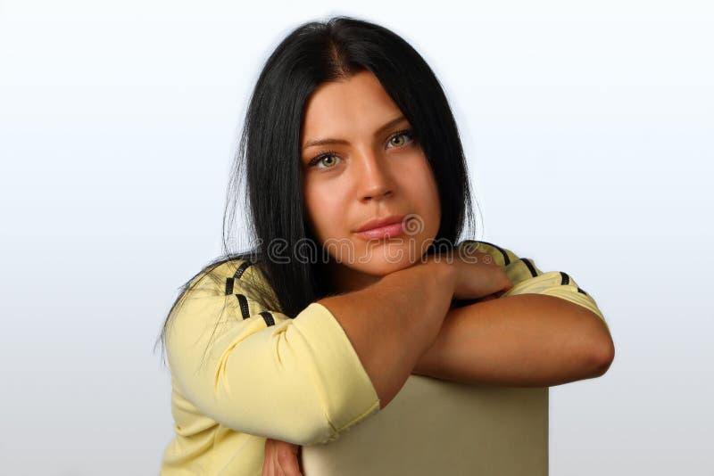 Retrato de uma menina moreno nova, bonita fotografia de stock royalty free