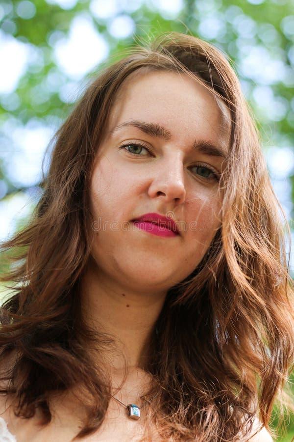 Retrato de uma menina moreno nova lindo no parque fotografia de stock