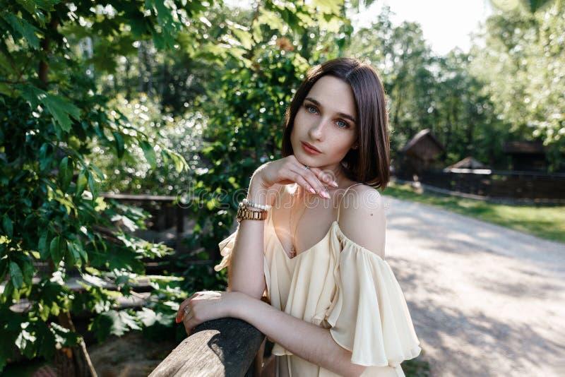 Retrato de uma menina nas madeiras na morena do verão fotos de stock royalty free