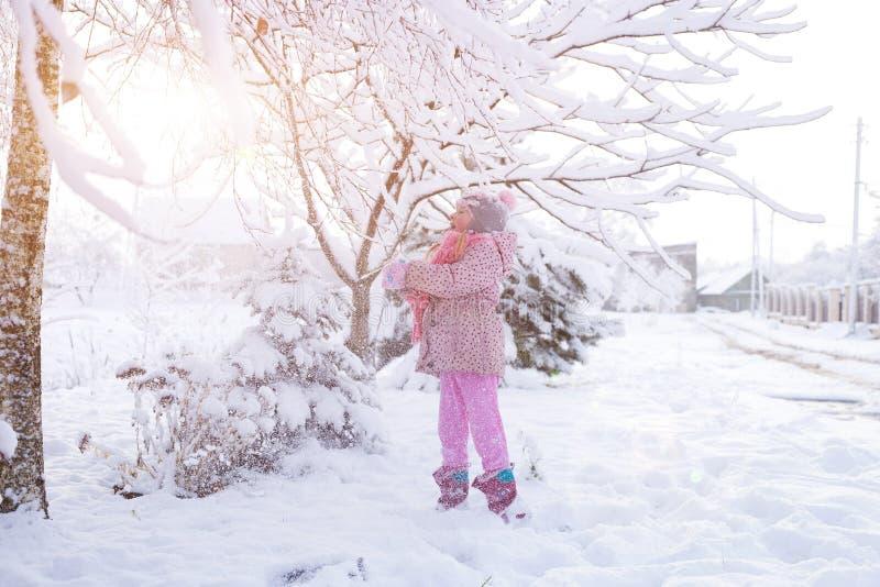 Retrato de uma menina no inverno com o sol em um chapéu forrado a pele fotografia de stock