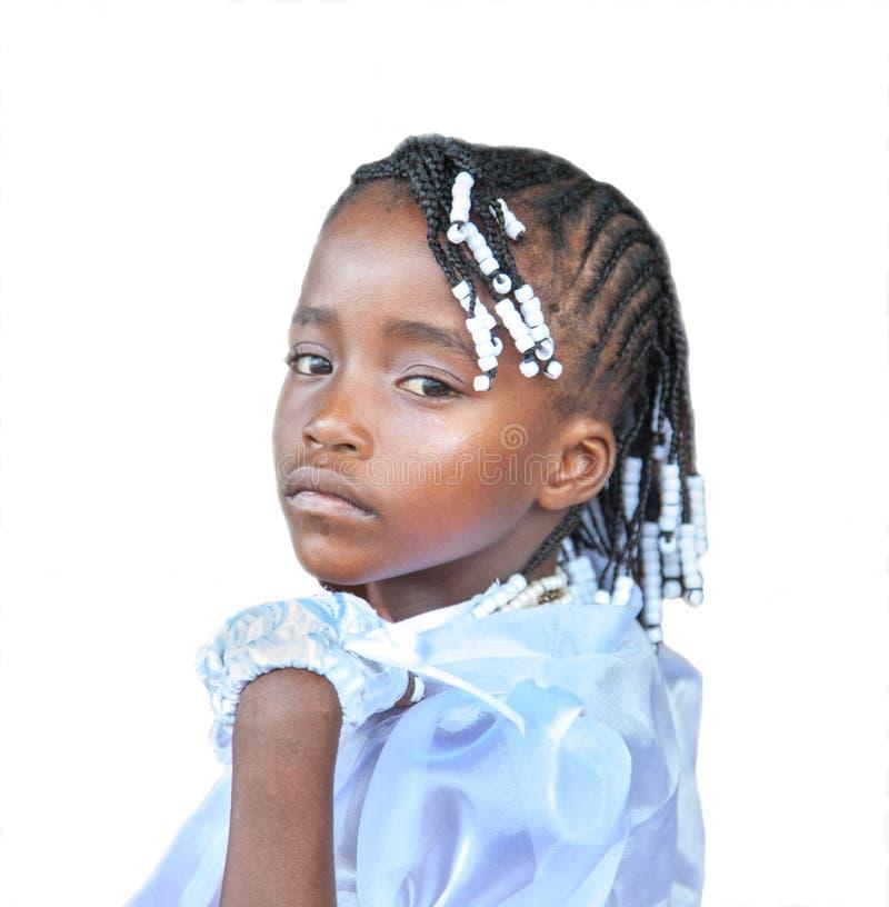 Retrato de uma menina no vestido de casamento com as tranças trançadas isoladas no fundo branco fotografia de stock royalty free