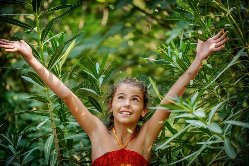 Retrato de uma menina nos arbustos fotos de stock royalty free
