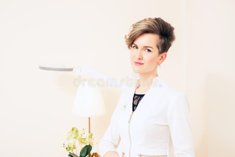 Retrato de uma menina nova bonita do doutor Trabalhador m?dico no uniforme foto de stock royalty free