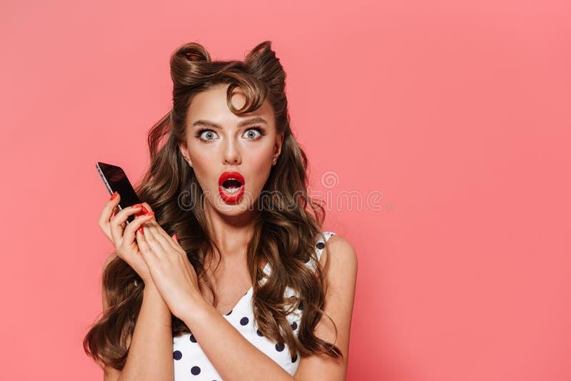 Retrato de uma menina nova chocada bonita do pino-acima imagem de stock royalty free