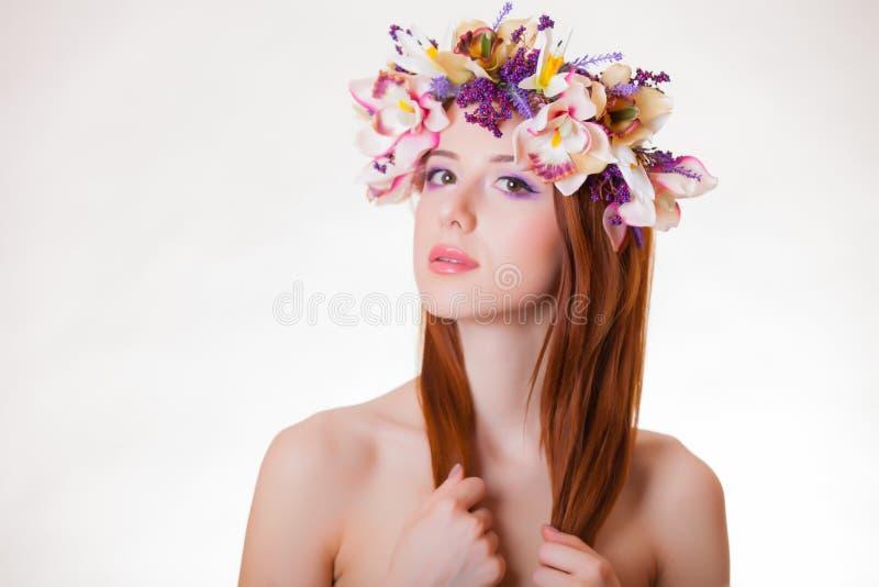 Retrato de uma menina nova do ruivo com grinalda da flor fotografia de stock royalty free