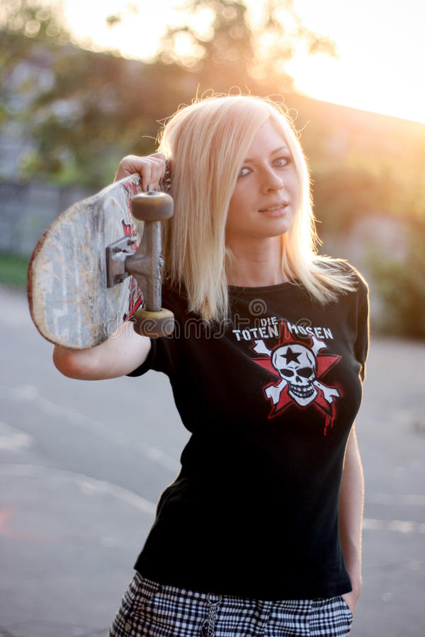 Retrato de uma menina nova do skater fotos de stock royalty free