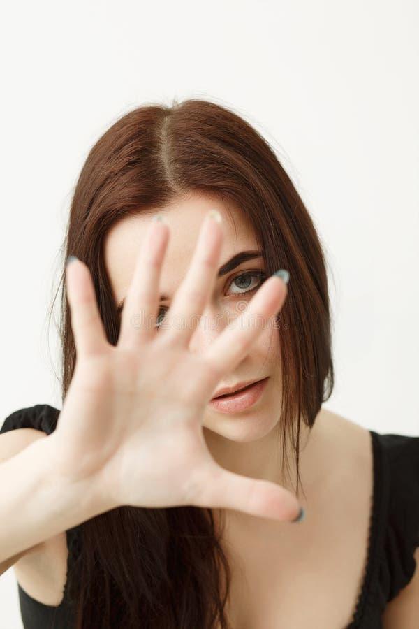 Retrato de uma menina nova, triste que gesticula com sua mão, isolada fotos de stock royalty free
