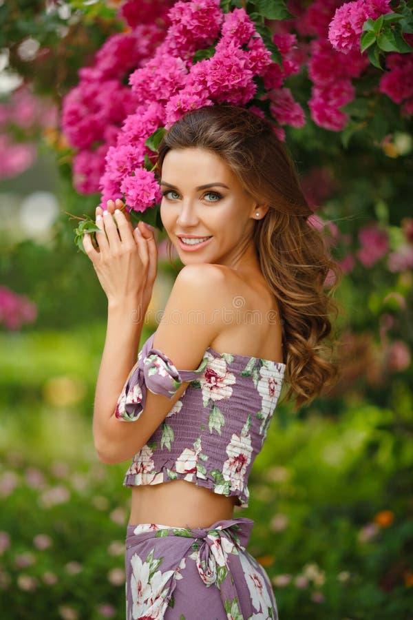 Retrato de uma menina sensual e 'sexy' muito bonita em um dre longo fotos de stock