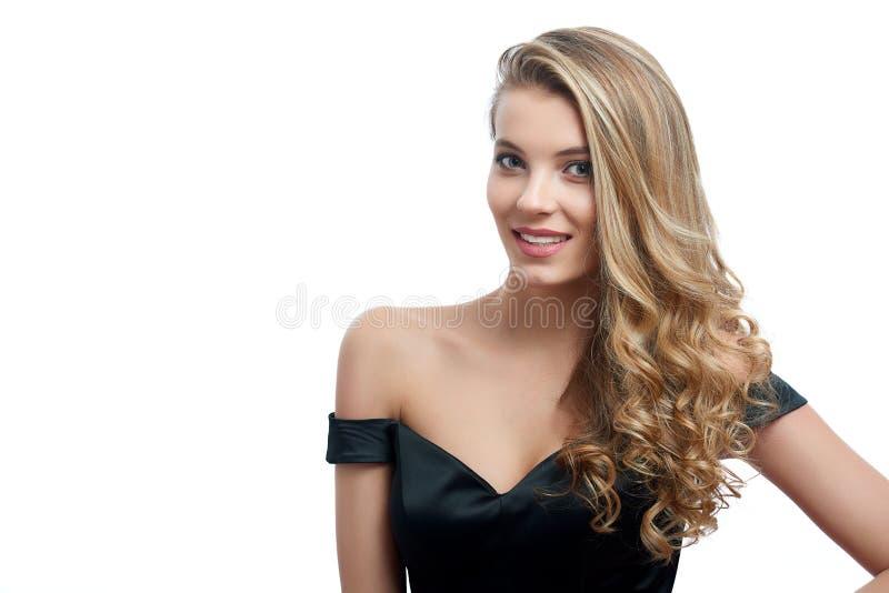 Retrato de uma menina de sorriso bonita com cabelo louro no fundo branco imagem de stock royalty free