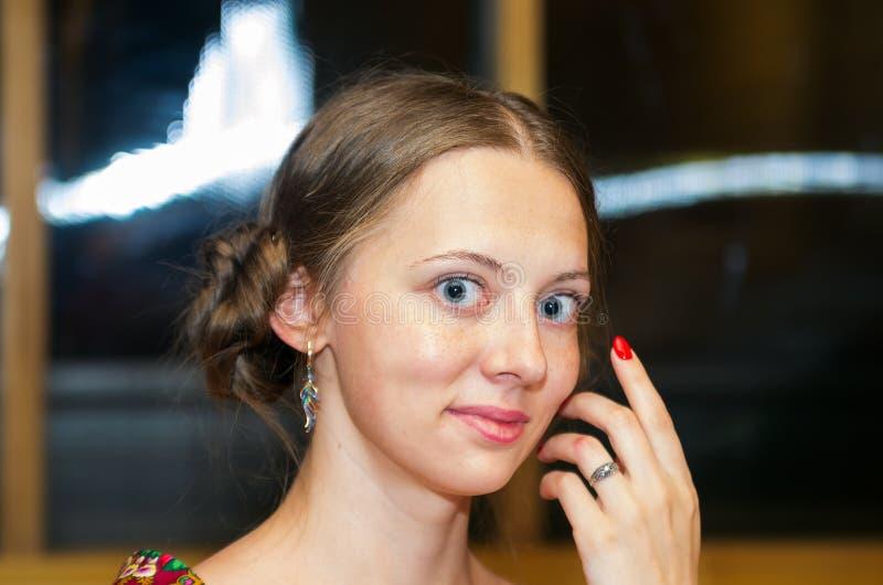 Retrato de uma menina de sorriso louro fotografia de stock royalty free