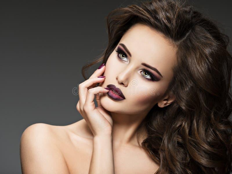 Retrato de uma menina surpreendente com bordos do marron imagens de stock