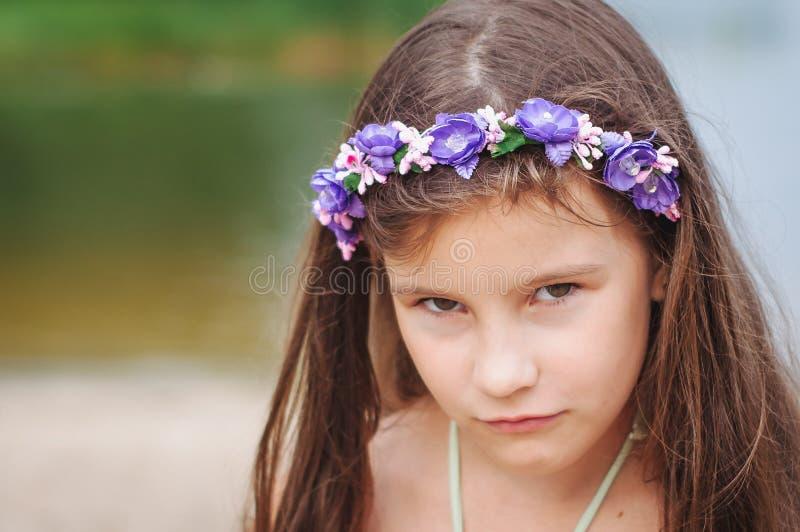 Retrato de uma menina triste ansiosa pequena em um roupa de banho na praia foto de stock