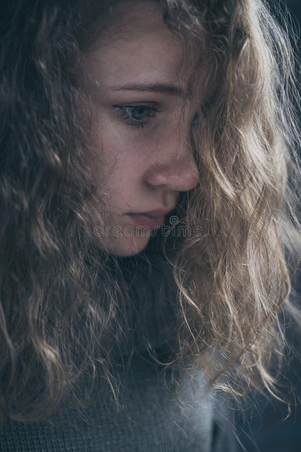 Retrato de uma menina triste nova fotografia de stock royalty free