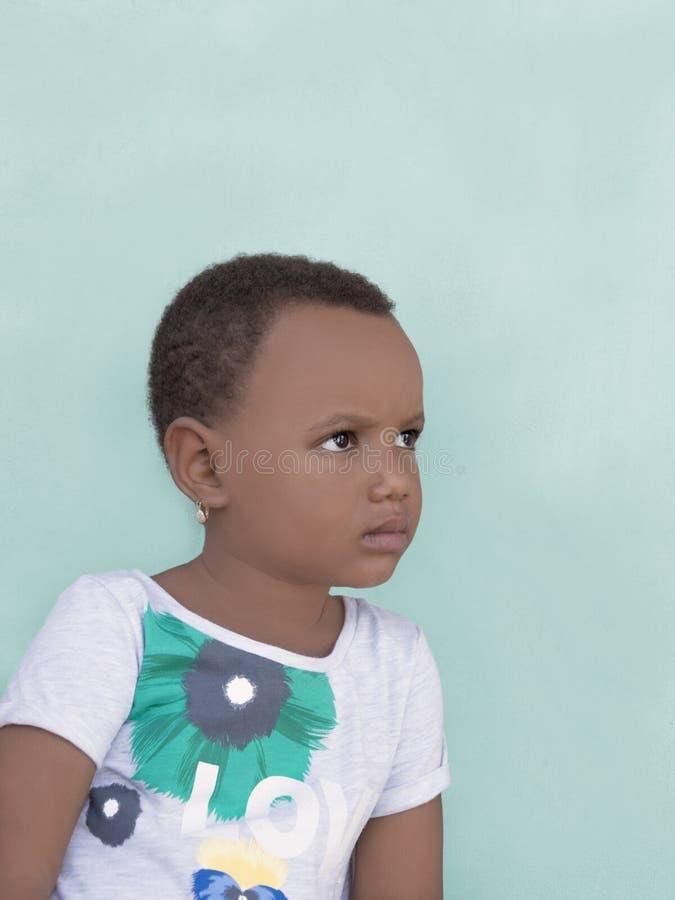 Retrato de uma menina triste, três anos velha imagem de stock royalty free