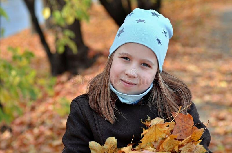 Retrato de uma menina de Yong na estação do outono imagens de stock royalty free