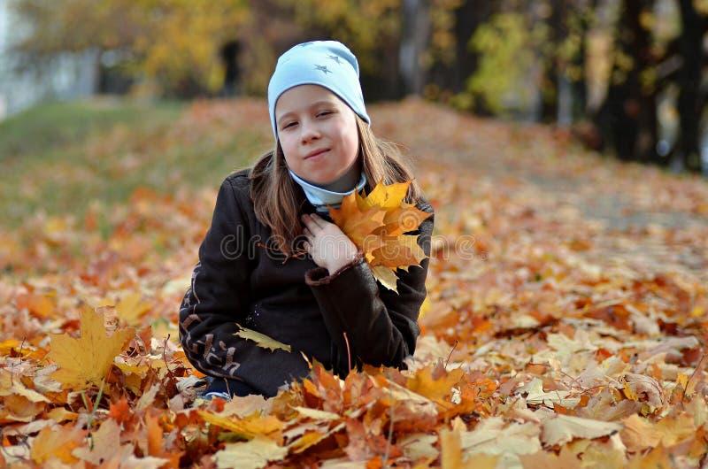 Retrato de uma menina de Yong na estação do outono fotografia de stock