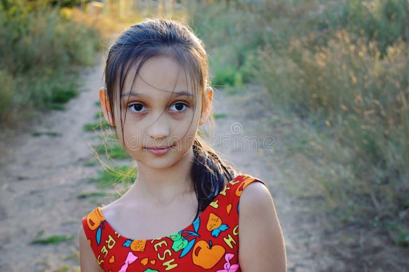 Retrato de uma moça bonita com cabelo longo escuro foto de stock royalty free