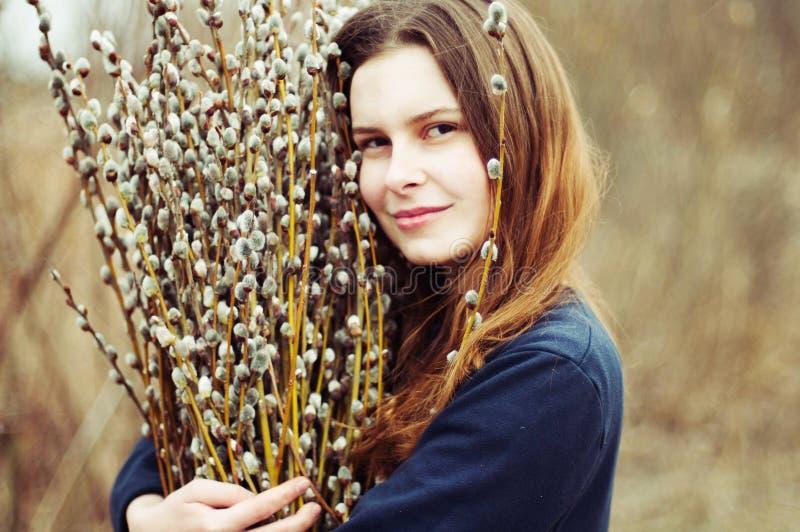 Retrato de uma moça bonita com uma braçada enorme do salgueiro imagem de stock royalty free