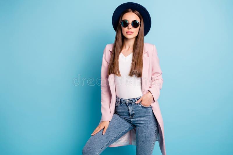 Retrato de uma moça bonita modelo em moda real vestindo sua roupa retrô jeans isolada sobre a cor pastosa fotografia de stock royalty free