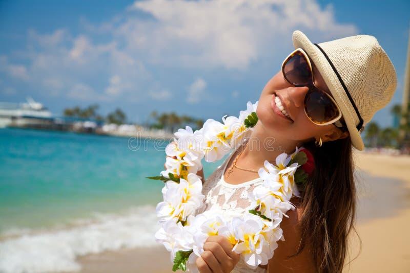Retrato de uma moça bonita na praia imagens de stock