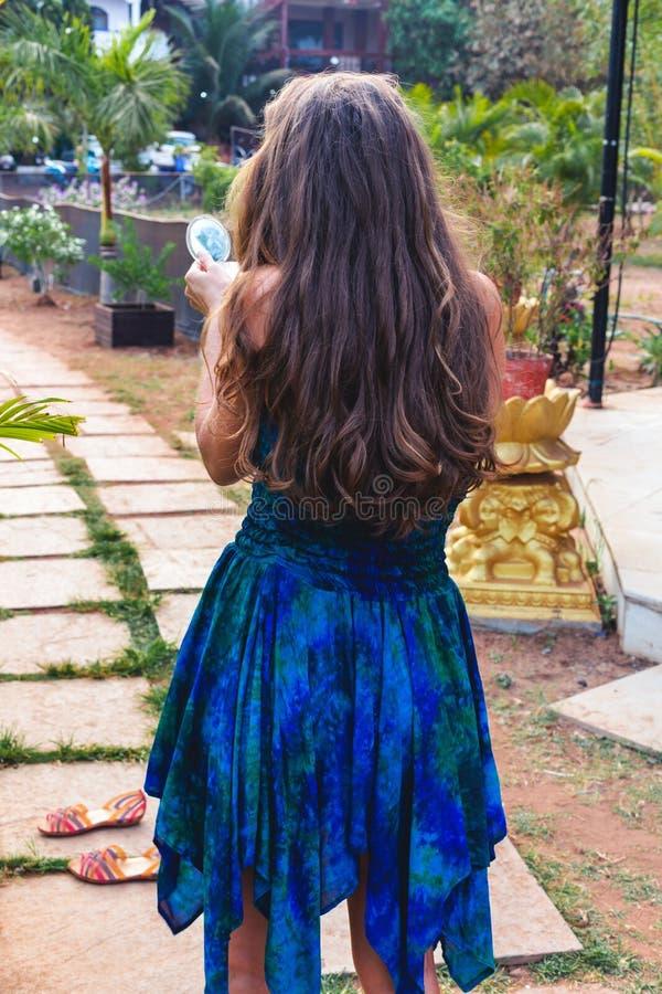 Retrato de uma moça com cabelo lindo fotos de stock