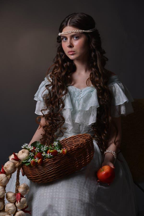 Retrato de uma moça com fruto foto de stock royalty free