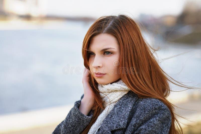 Retrato de uma moça com um olhar pensativo na margem imagem de stock royalty free