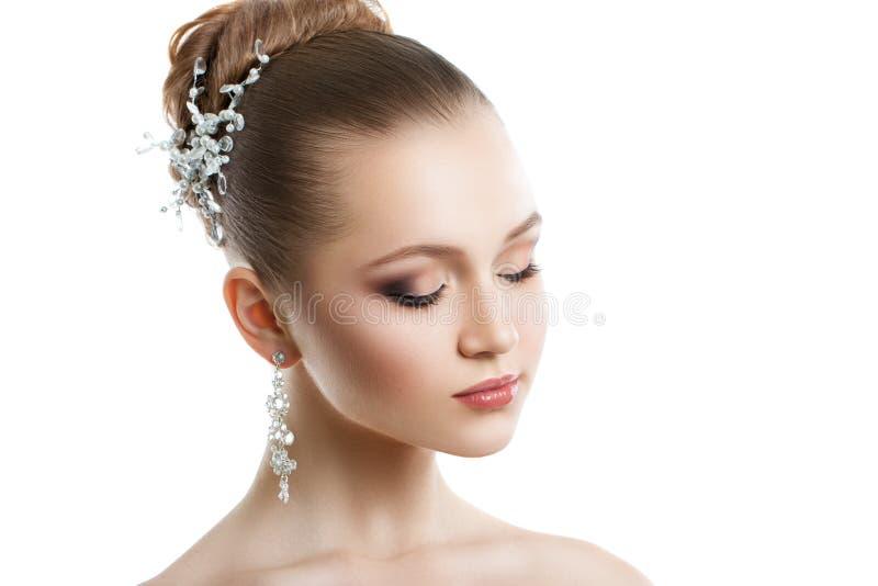 Retrato de uma moça com uma composição do casamento Pele perfeita, cabelo liso, grandes brincos de cristal e ornamento do cabelo  foto de stock