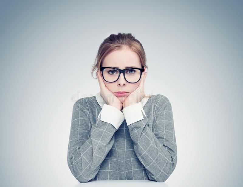 Retrato de uma moça com vidros que esteja muito receosa Conceito profundo do medo imagens de stock royalty free