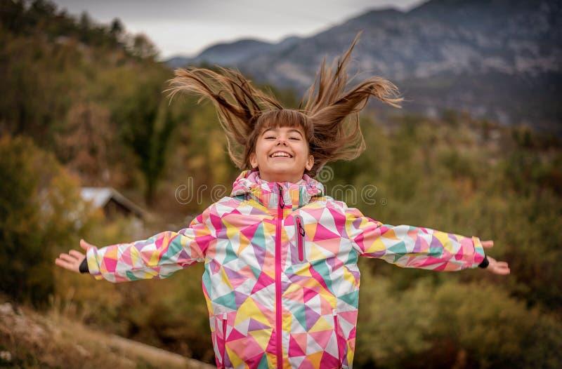 Retrato de uma moça despreocupada bonita que joga com seu hai fotos de stock royalty free
