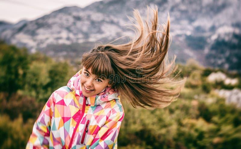 Retrato de uma moça despreocupada bonita que joga com seu hai fotos de stock