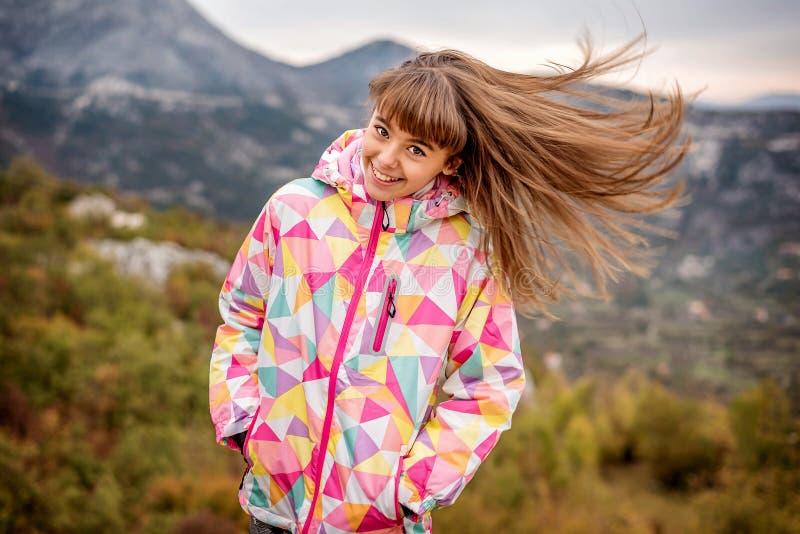 Retrato de uma moça despreocupada bonita que joga com seu hai imagens de stock