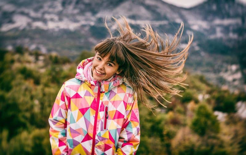Retrato de uma moça despreocupada bonita que joga com seu hai foto de stock